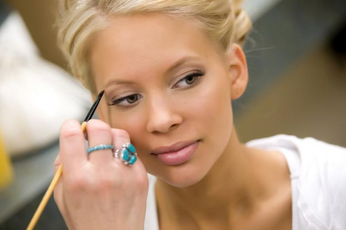 The beautiful bride gets a finishing touch.