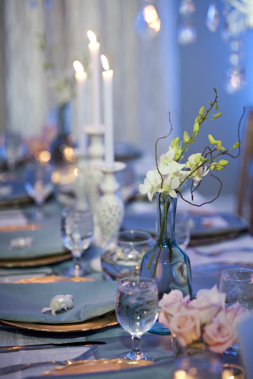 elegant-beach-wedding-blue-tablescape-pink-roses-wedding-flowers.jpg