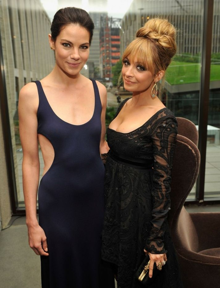 nicole richie fifi awards 2012 with michelle monaghan 02 1
